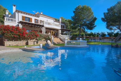 Diese exclusive mediterrane Villa befindet sich in begehrter Wohnlage in Portals Nous und sitzt auf einem grossen Grundstuck in Laufnahe zu Geschaften und