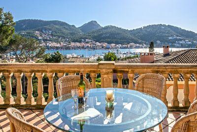 Die charmante Villa liegt fusslaufig nur weniger Minuten vom prominenten Yachtclub  Club de Vela  in Port Andratx entfernt und bietet in traumhafter