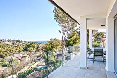 Diese moderne Designervilla befindet sich im Herzen von Portals Nous und ist fusslaufig zum Ortskern  Puerto Portals  sowie Stranden gelegen