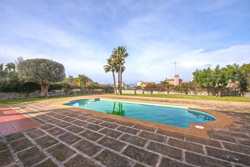 Lovely property located in the popular and quiet district of Sa Torre. Shops, restaurants and the golf course Maioris are in the direct surroundings
