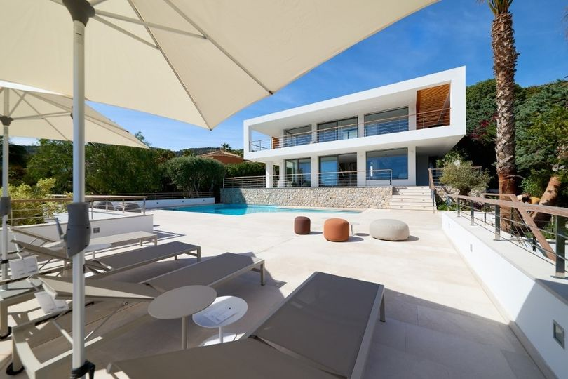 This luxury villa offering sensational 180 degree panoramic views and magnificent views to the golf course and the castle is located in Bendinat, in the golden