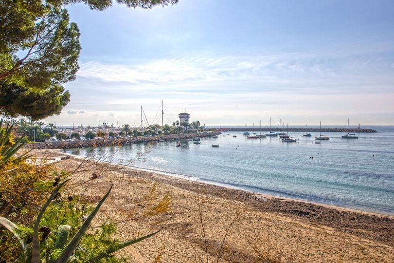 This beautiful sea view apartment has been completely refurbished offering high quality materials and a fresh modern design