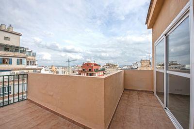 Bei diesem Objekt handelt es sich um eine neu renovierte Wohnung mit groser Terrasse in der Nahe des Parque de las Estaciones (Plaza España) in Palma de