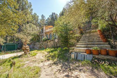 Dieses Objekt befindet sich in erhohter Lage in der Nahe der Ortschaften Puigpunyent / Galilea  in einer friedlichen  naturnahen Umgebung und bietet volle