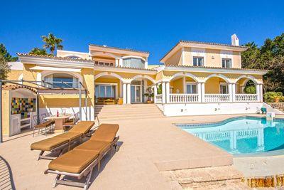 uber dem Hafen von Port Andratx erhebt sich diese aussergewohnliche Luxus Villa mit einem Haupthaus und einem separaten Gastehaus