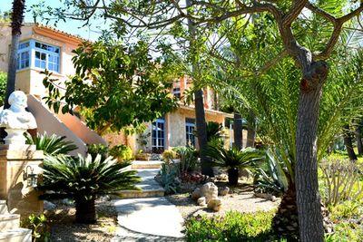 Das geschmackvolle Landhaus liegt nur 4 km von Manacor entfernt in einem groszugig angelegten mediterranen Garten mit Orangenhain und  umgeben von