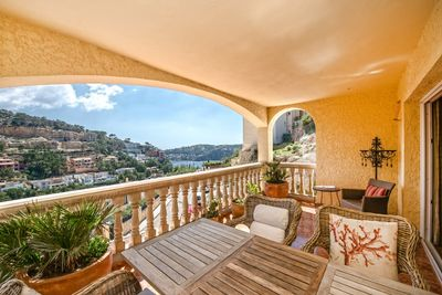 This generous sea view apartment is located in a small apartment complex with only 5 units in total in the sought after neighborhood Cala Moragues