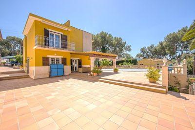 Diese wunderschone Villa befindet sich in einer der begehrtesten Wohngegenden in Mallorca und besteht aus einem Haupthaus  einem Gastehaus  beide auf einem