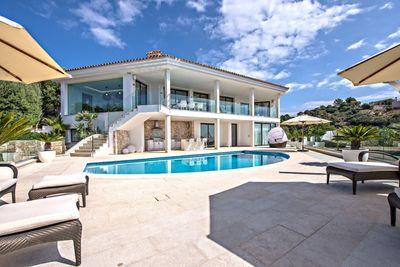 Die kernsanierte Luxus Villa mit Meerblick befindet sich in exponierter Lage in der nachgefragten Urbanisation Mon Port in Port Andratx