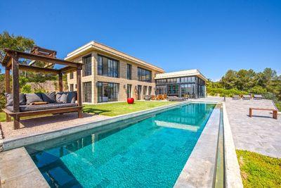 Diese modern High-tech-Villa in Sol de Mallorca wurde 2015 mit feinsten Materialien und mit Blick auf das Detail gebaut