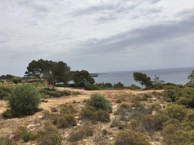 Zu Verkaufen Meerblick-Baugrundstuck in zweiter Meereslinie in Cala Pi  Mallorca  Es handelt sich um ein flaches Grundstuck mit Sudausrichtung