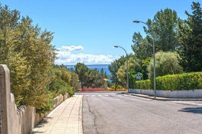 Dieses ausgezeichnete 2953 m2 grosse Meerblick Grundstuck befindet sich in ruhiger Lage in der exklusiven Wohngegend Sol de Mallorca