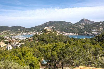 Die Villa befindet sich zwischen Pinienbaumen in ruhiger Lage in Cala Moragues und geniesst Sonne das ganze jahr hindurch