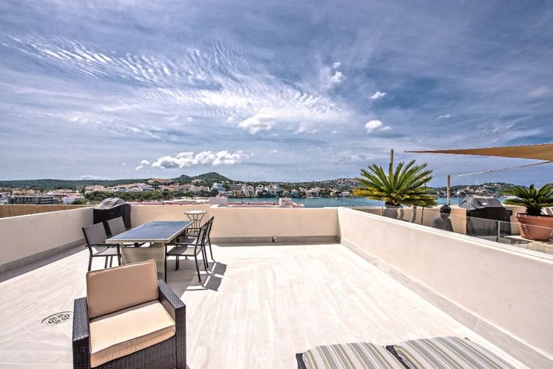 This high quality fully renovated apartment is ideally located for those who want to reach the beach within walking distance