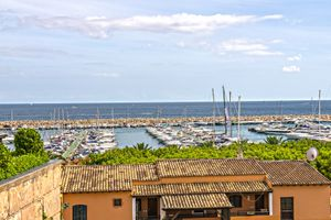 This high class sea view apartment is located right at the Marina of Puerto Portals