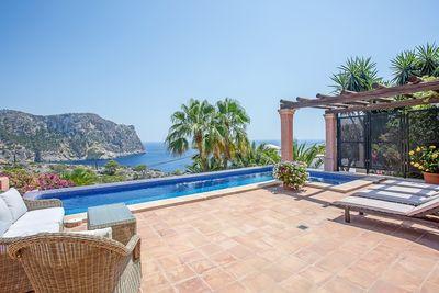 Diese traumhafte Villa im mediterranen Stil mit einzigartigem Meerblick liegt in der beliebten Urbanisation Cala Marmacen in Port Andratx und verfugt