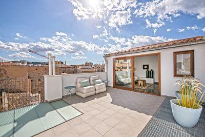 Diese hochwertige  neu renovierte Penthousewohnung mit privater Terrasse befindet sich in der Altstadt von Palma de Mallorca      Die Wohnflache von ca