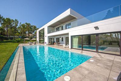 Diese wunderschone Neubau Villa im modernen Stil bietet helle offene Raume  gute Bauqualitat  ein zeitgemasses modernes Design und Meerblick