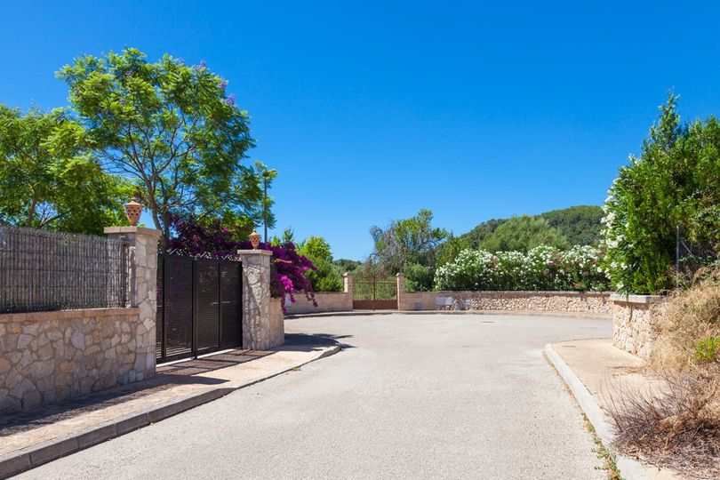 Plot for sale in the S 'Ubach urbanisation, a 5 minutes drive to Pollensa   The land has 1,185 square meters, and you can build a total of 25% of the plot