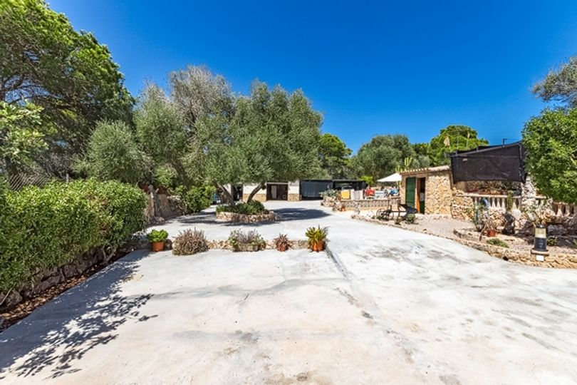 This charming finca is situated in a very quiet area within a dead end. It is surrounded by a nature reserve