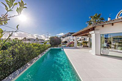 Das in 2016 kernsanierte Chalet zum Kauf mit Mallorca Properties Finest Properties liegt nur einen Steinwurf vom beruhmten Yachthafen  Club de Vela  in Port