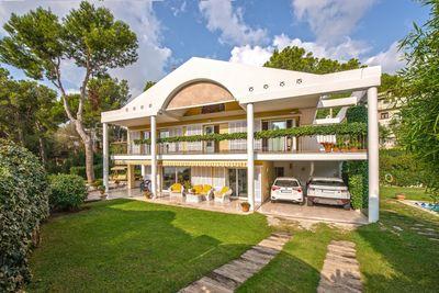 Dieses zeitgemase Haus im Kolonialstil befindet sich in einer der besten Gegenden Mallorcas  direkt oberhalb des privaten Marinas von Puerto Portals