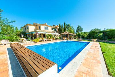 Diese hochwertige Immobilie ist eine spektakulare 4-Schlafzimmer-Master-Villa nur 2 km vom Strand entfernt mit Pool und 2-Schlafzimmer-Gastehaus