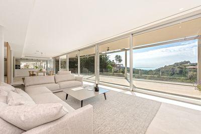 Diese hochmoderne Meerblick Villa mit Sudwest-Ausrichtung wurde mit qualitativ hochwertigen Materialien gebaut und befindet sich in der bekannten Wohngegend