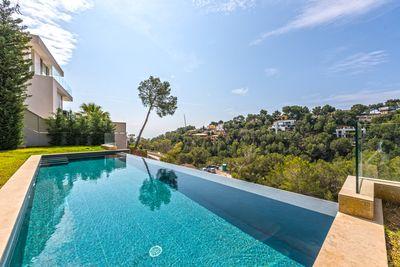 Diese aussergewohnliche Villa in Costa d en Blanes mit Sudwestausrichtung ist mit Materialien von hochster Qualitat gefertigt