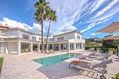Diese Mallorca Villa zum Kauf in Puerto Andratx befindet sich in der exklusiven Urbanisation Mon Port und geniesst einen traumhaft schonen Panorama Meerblick