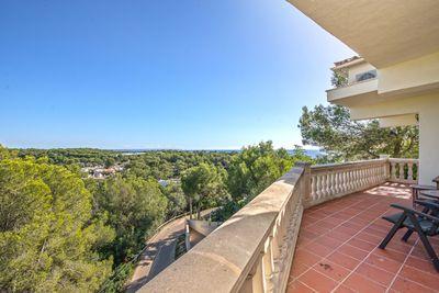 Diese Villa mit Meerblick sitzt auf einem Grundstuck auf einem der Hugel von Portals und erfreut sich somit dank der Top-Lage im Sudwesten Mallorcas einer