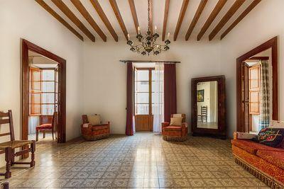 Majestatisches Herrenhaus im historischen Zentrum von Sa Pobla