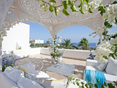 Diese sudlich ausgerichtete Villa im Ibiza-Stil befindet sich in der exklusiven Wohngegend von Sol de Mallorca
