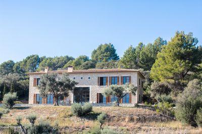 Das wunderschone zweistockige Anwesen liegt im hochgelegenen Aussenbereich des romantischen Stadtchen Selva mit einer herrlichen Aussicht bis nach Menorca
