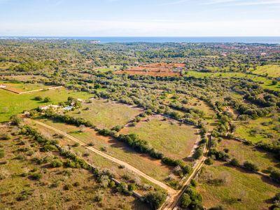 Das riesige und ruhig gelegene Baugrundstuck liegt nahe dem Ort Santanyi (3 km) und auch nach Portocolom ist es nicht weit