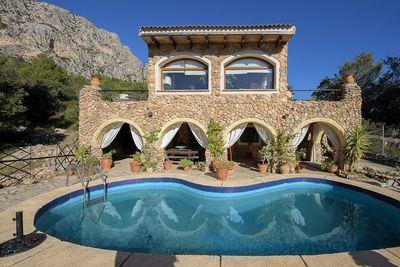 Sehr schones Landhaus mit besonderer Steinfassade und tollem Blick in Puigpunyent    Die ca