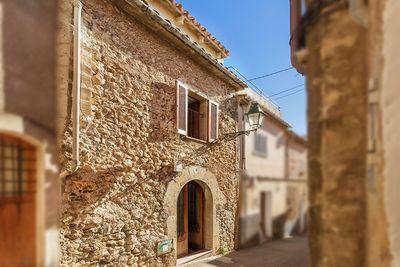 Schones  traditionelles und renovierungsbedurftiges Stadthaus mit einer schonen Dachterrasse im Herzen von Pollensa  Mallorca    Dieses Stadthaus befindet sich