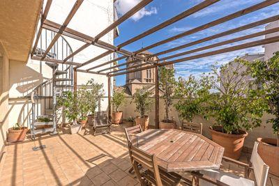 Dieses Duplex-Penthouse mit Meerblick-Terrassen liegt in Santa Catalina in der Nahe der Kirche Sant Magi