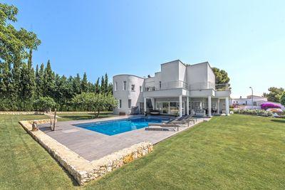 Diese wunderschone Villa ist ein ideales Ferienhaus sowie auch perfekt als ganzjahrige Inselresidenz