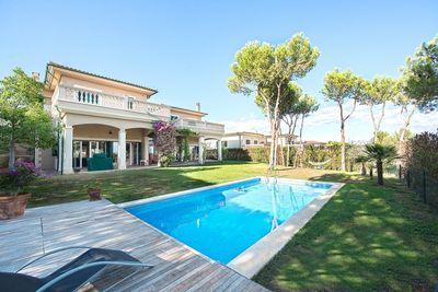 Diese 2005 erbaute  geraumige Villa befindet sich in einer ruhigen und geschlossenen Anlage in Cala Vinyas