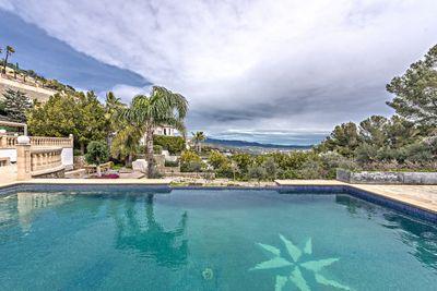 Diese wunderschone Immobilie liegt auf den Hugeln von Son Vida und uberblickt ganz Palma und das Tramuntana-Gebirge