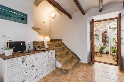 Dieses gut gepflegte Dorfhaus liegt in einer sehr schonen Gasse gleich neben der Kirche in Valldemossa     Die ca