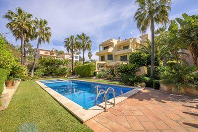 Diese Villa befindet sich in einer ruhigen und sicheren Anlage mit viel Privatsphare und nur 8 Hausern