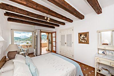 Diese geraumige Wohnung mit drei Schlafzimmer befindet sich in einer kleinen Wohnanlage mit Gemeinschaftspool und einem atemberaubenden Blick auf Port Andratx