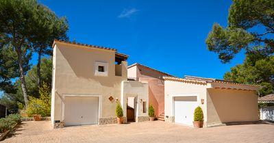 Diese mediterrane Villa befindet sich in einer gepflegten Wohnanlage in Santa Ponsa  Forat 19