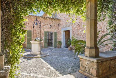 Dieses wunderschone Landhaus befindet sich in ruhiger Lage auf einem weitlaufigen Grundstuck inmitten der friedvollen Gegend von Santa Maria