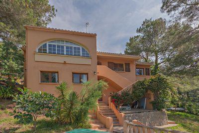 In idyllischer und ruhiger Lage  eingebettet in eine Pinienbaumlandschaft  befindet sich diese schone Villa