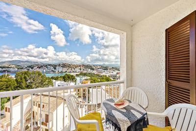 Erhoht und auf der sudlichen Seite Santa Ponsas gelegen  geniessen Sie von dieser Wohnung aus einen Panoramameerblick uber die Bucht  das Meer  die Berge und