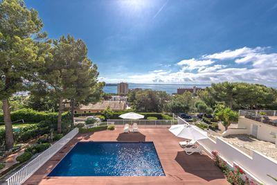 Dieses wunderschone und qualitativ hochwertige 4-Zimmer-Apartment in Cas Catala bietet einen herrlichen Meerblick und ist gerade frisch saniert worden
