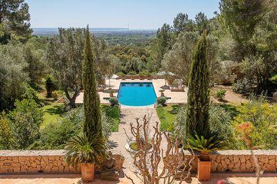 Bei diesem Objekt handelt es sich um ein exklusives Anwesen erhaben auf einem Berg unweit Palma de Mallorca  in einer ruhigen Umgebung mit Privatsphare
